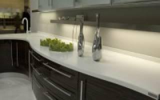 Как крепить плинтус к столешнице на кухне